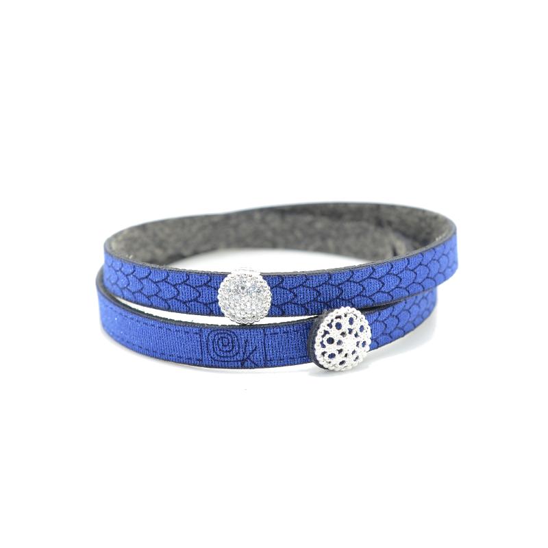 Bracciale in tessuto colore blu con charms in argento 925% e zirconi bianchi.100% made in Italy