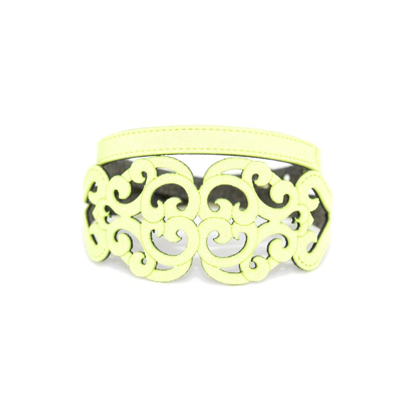 Bracciale in tessuto metallizzato colore giallo acido con chiusura in argento 925%.100% made in Italy
